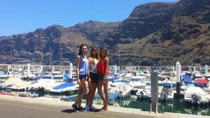 Trzy studentki - w tle marina i skały Teneryfy