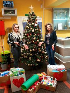 Studentki z RUSS pozują z przygotowanymi prezentami przy choince