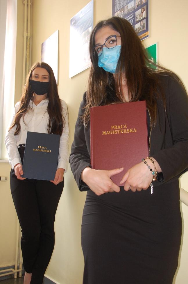 Dwie studentki z pracami dyplomowymi