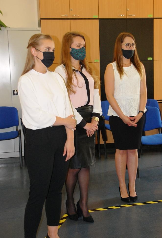 Studentki podczas obłoszenia wyników egzaminu dyplomowego