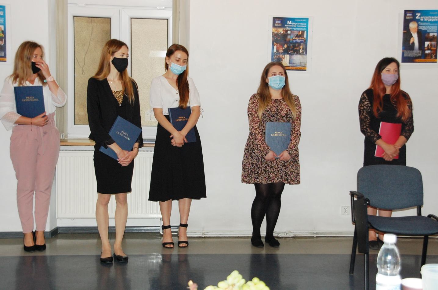 Studentki w sali egzaminacyjnej podczas ogłoszenia wyników egzaminu dyplomowego