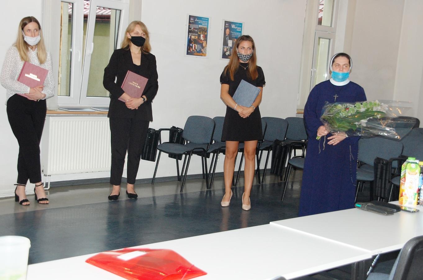 Studentki w sali egzaminacyjnej podczas egzaminu dyplomowego