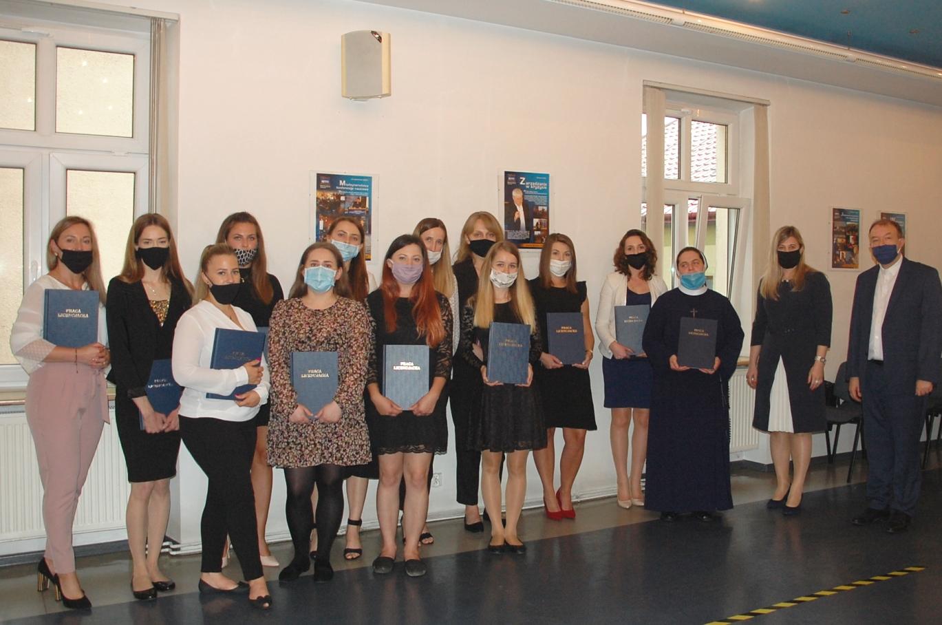 Egzaminy dyplomowe - zdjęcie grupowe