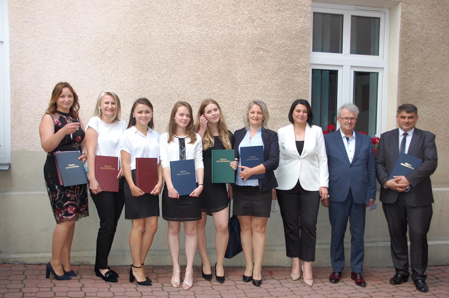 Studenci z członkami komisji egzaminacyjnej na dziedzińcu budynku przy Szerokiej 9. Drugi z prawej mgr Witold Zych, Trzecia z prawej - dr Anna Wojtowicz