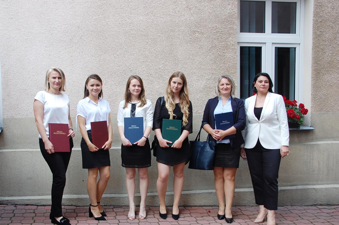 Studentki z promotorem - dr Anną Wojtowicz - dziedziniec budynku przy ul. Szerokiej 9