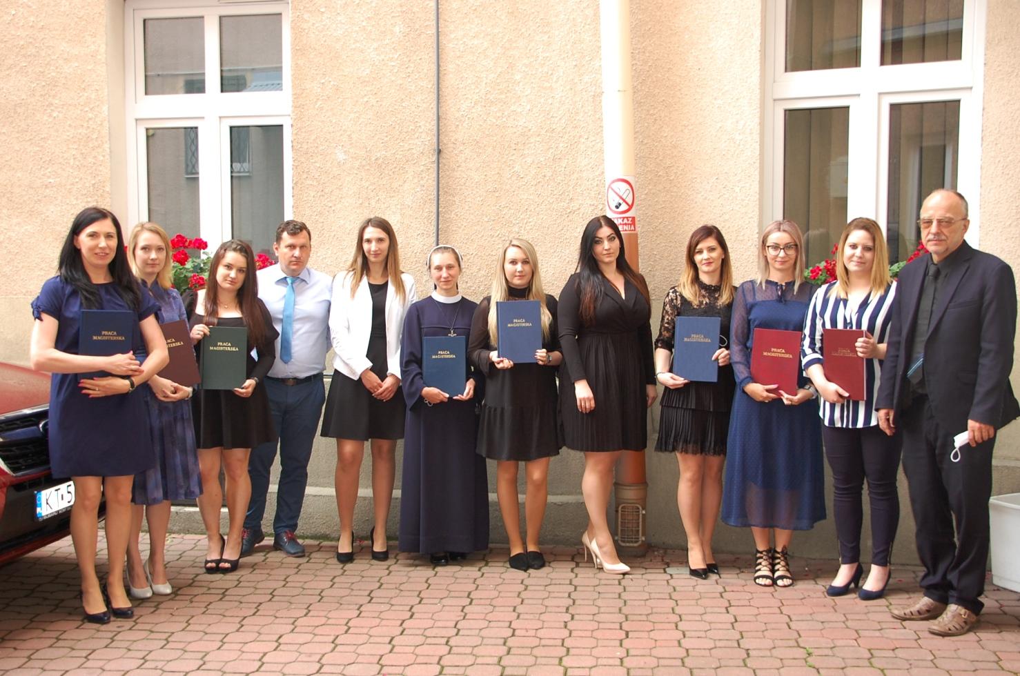 Grupa studentów na dziedzińcu budynku przy Szerokiej 9